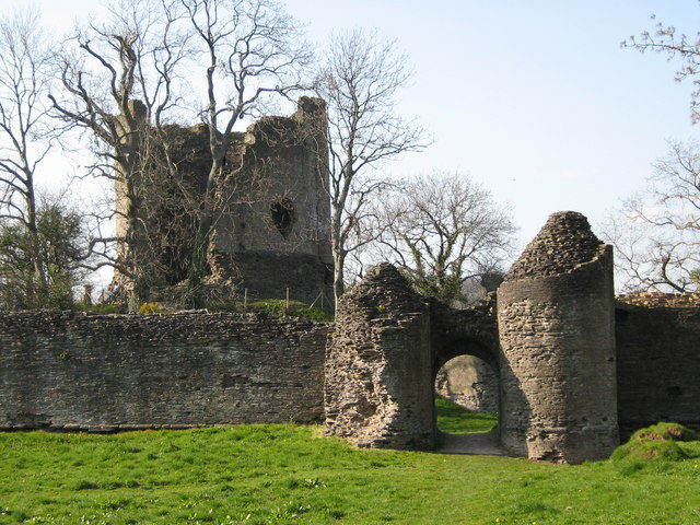 The gatehouse, outer wall, and keep of Longtown Castle. Author:George Evans CC BY-SA 2.0