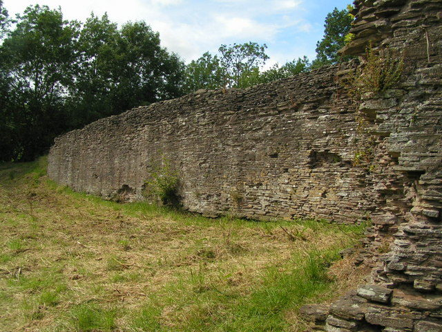 Parts of the castle are still visible an recognizable/ Author: andy dolman – CC BY-SA 2.0