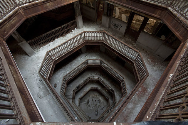 Looking down at the light court. Author:Albert duceCC BY-SA 3.0