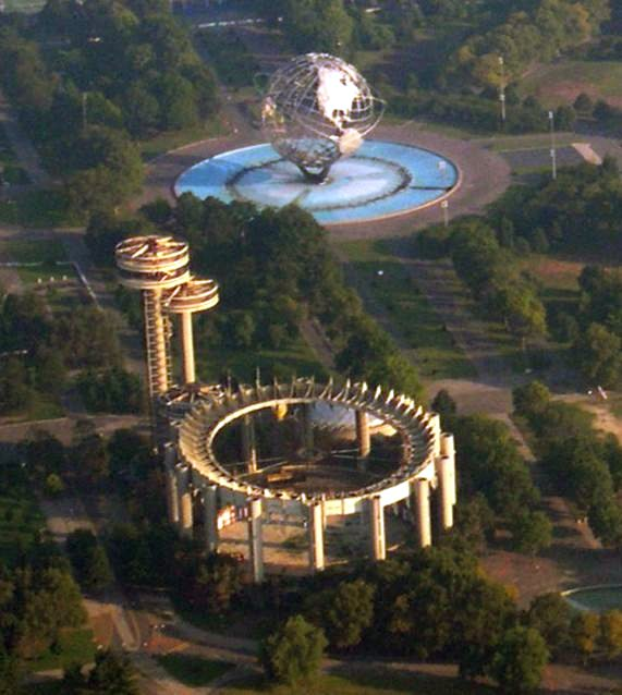 Aerial view of some remaining structures in Flushing Meadows in 2004, including the ruins of the New York State Pavilion in the foreground – Author: Sfoskett / MegA – CC BY-SA 3.0