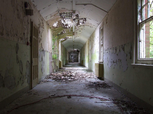 One of the long corridors. Author:Paulio Geordio.CC BY 2.0