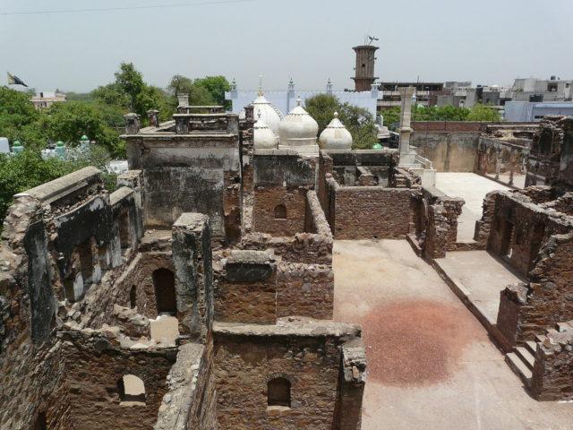 Ruins of the palace with Moti Masjid. Author: Varun Shiv Kapur. CC BY 2.0