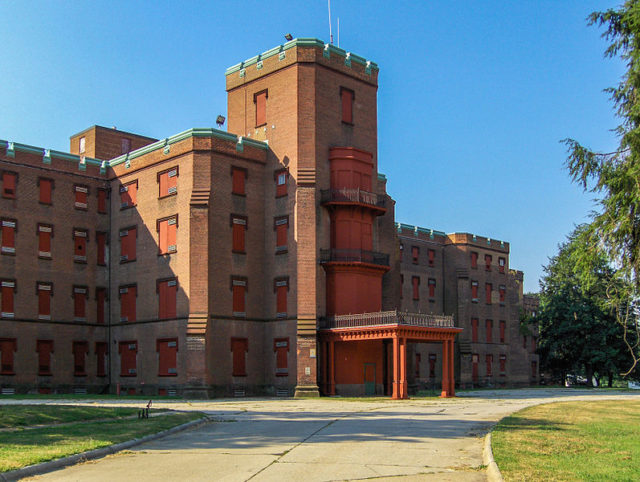 The Center Building at St. Elizabeths in 2006. Author:User:Tomf688CC BY-SA 2.5