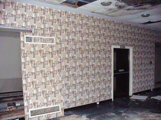 The interior decorated with then-modern, now-vintage wallpaper. Author: Graeme Maclean. CC BY 2.0