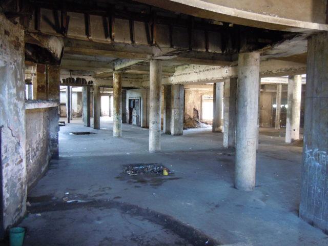 The interior of the former lobby. Author: Robertcruiming. CC BY-SA 3.0