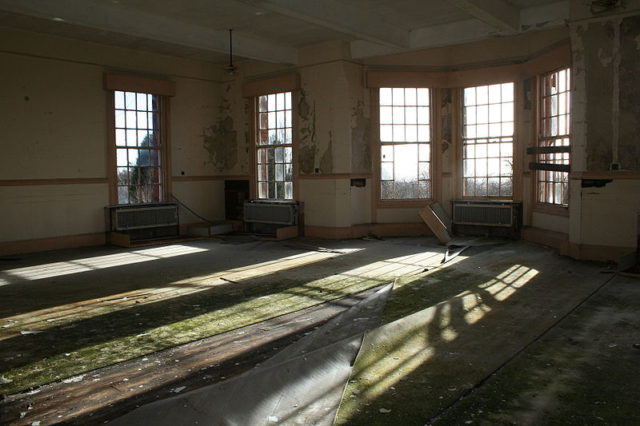 The large bay windows of the day room. Author:Tuna-baron.CC BY-SA 3.0