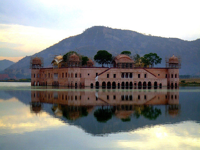 The Palace is situated in the center of the Man Sagar Lake in Jaipur. Author: saturnism. CC BY-SA 2.0