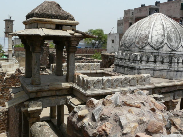 The palace was a three-storey structure built in red sandstone decorated with marble. Author: varunshiv. CC BY 2.0