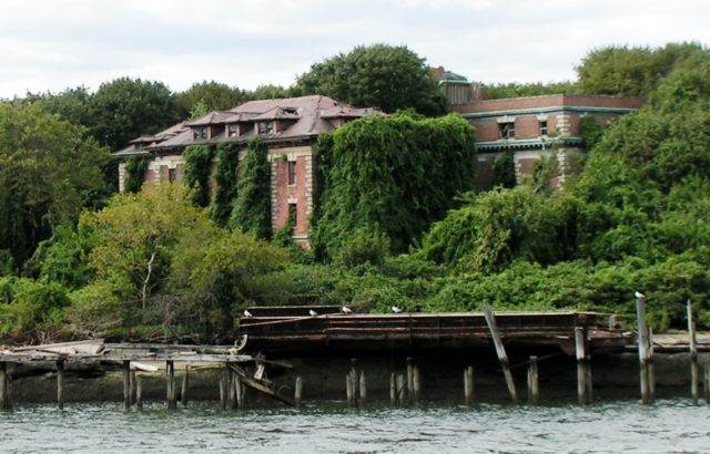 The remains of Riverside Hospital. Author: reivax. CC BY-SA 2.0
