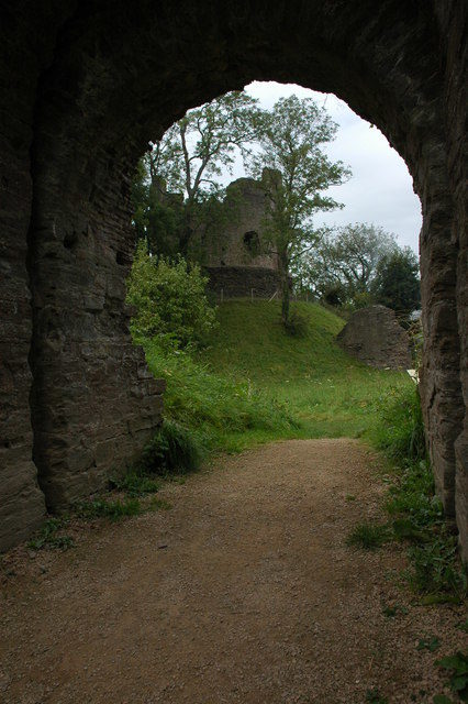 The Keep of Longtown Castle framed by the arch of the gatehouse. Author: Philip Halling – CC BY-SA 2.0