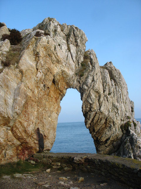 The Porth Wen Sea Arch/Author: Eric Jones – CC BY-SA 2.0