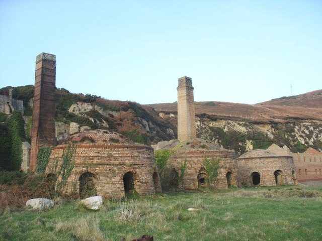 Kilns and chimneys/ Author: Eric Jones – CC BY-SA 2.0