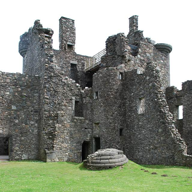 In front of the tower-house are the remains of the south-west turret which landed in one piece upside down/ Author: Patrick Mackie – CC BY-SA 2.0