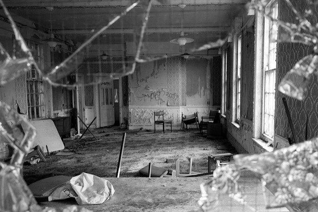 Through the broken glass. Author:peter castleton.CC BY 2.0