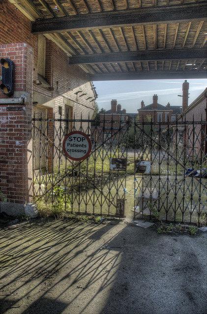 Through the locked gates. Author: Jason Rogers. CC BY 2.0