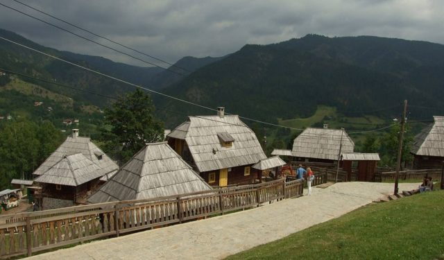 Drvengrad houses. Author: Aktron / Wikimedia Commons. CC BY 3.0