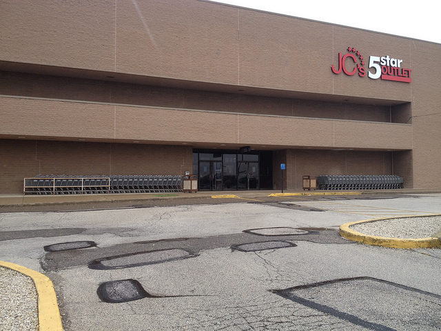 J.C. Penney Outlet/JC 5 Star Outlet at Rolling Acres Mall – Author: Mike Kalasnik – CC by 2.0