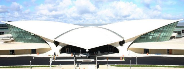 Ehemaliges TWA-Terminal am John F. Kennedy International Airport in New York, from parking garage roof – Author: Roland Arhelger – CC BY-SA 4.0