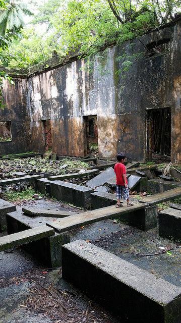 A child explores the ruins. Author: Ankur P – CC BY-SA 2.0