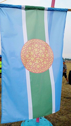 Current flag of the Tere-Khol district, Tyva. Heraldic images of ancient coins discovered in excavations in Por-Bazhyn. Author: Vika Salchak – CC BY-SA 4.0