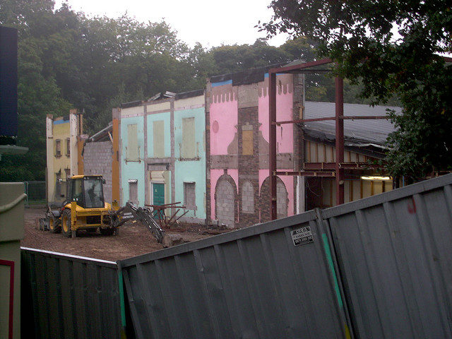 The construction of Charlie and the Chocolate Factory. In this initial stage, it was the tearing down of the old Toyland Tours facade – Author: Matthew Wells – CC by 2.0