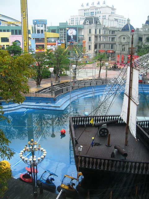 New South China Mall looking over the Caribbean theme park – Author: macchi – CC by 2.0