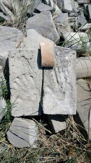 Ancient tile among the ruins. Author: Vika Salchak – CC BY-SA 4.0