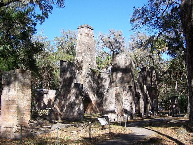 Sugar mill ruins. Author: Brian M. Powell – CC BY-SA 3.0