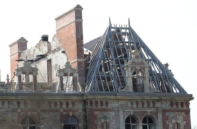 The roof has collapsed. Author: Lionel Allorge – CC BY-SA 3.0