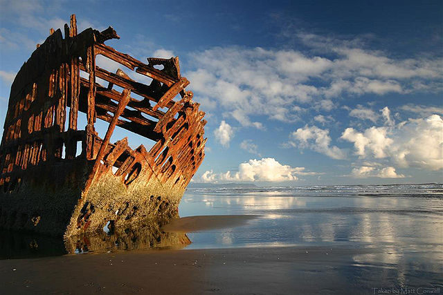 The wreck of the Peter Iredale/ Author: Pdxvector – CC BY-SA 3.0