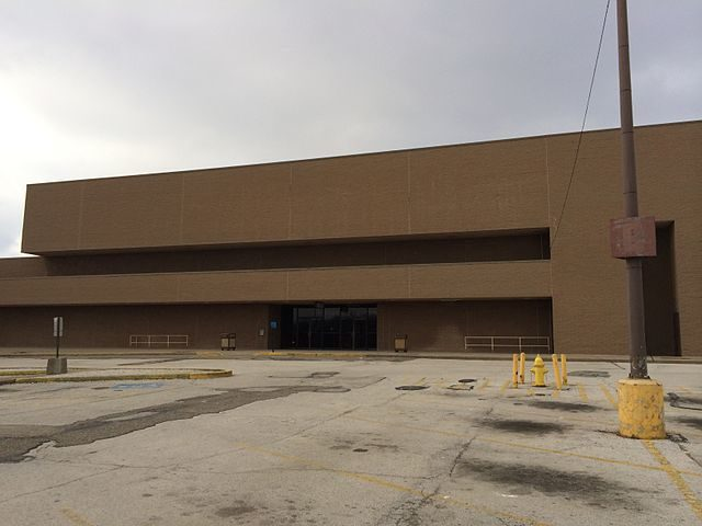Former J.C. Penney Outlet building, January 2014 – Author: UA757 – CC BY-SA 3.0