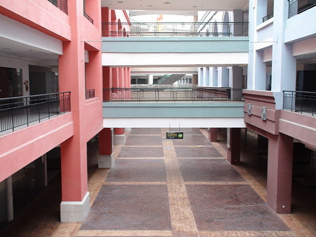 Empty walkways in the mall, February 2010 – Author: Milowent – Public Domain