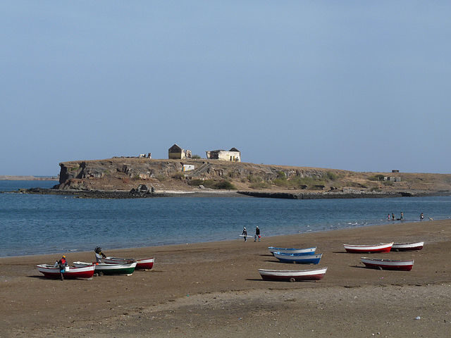 The islet can be approached by a boat or by foot during low tide/ Author: Ji-Elle – CC BY-SA 3.0
