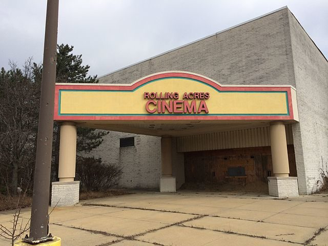 Rolling Acres Cinema building as it appeared in January 2014 – Author: UA757 – CC BY-SA 3.0