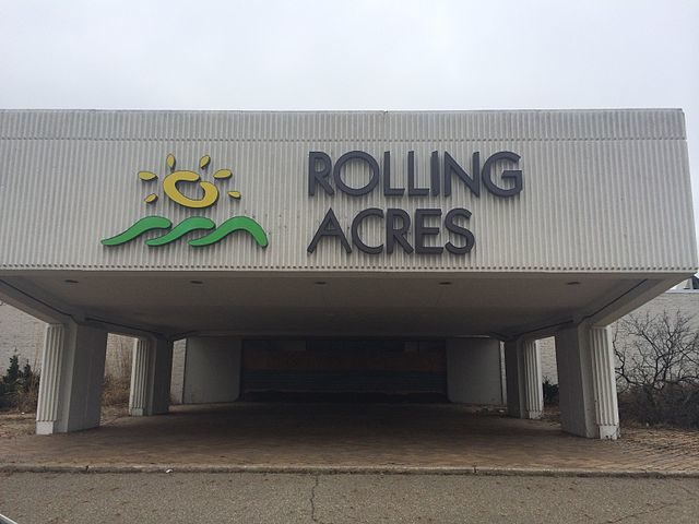 Entrance to the abandoned Rolling Acres Mall in Akron, OH, on Saturday, March 29th, 2014 – Author: UA757 – CC BY-SA 3.0