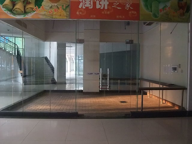One of 2000+ empty retail spaces in New South China Mall, January 2009 – Author: Swoolverton – CC BY 3.0