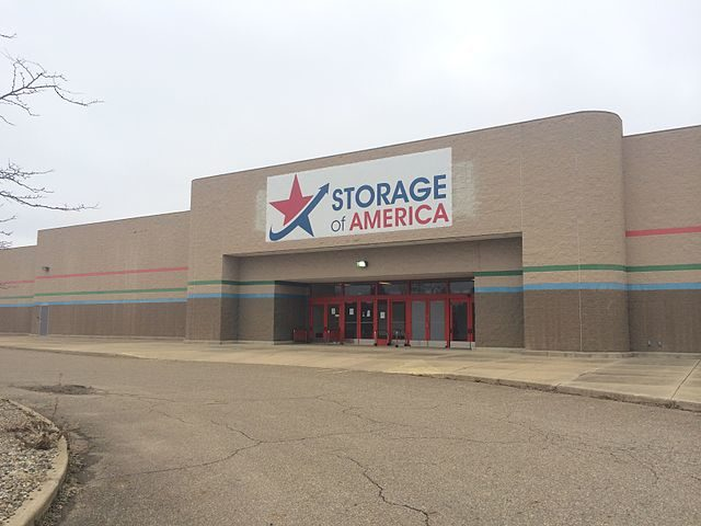 Storage of America (former Target) at Rolling Acres Mall in March 2014 – Author: UA757 – CC BY-SA 3.0