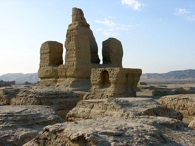 Buddhist stupa at Jiaohe Ruins/ Author: Colegota – CC BY-SA 2.5 es