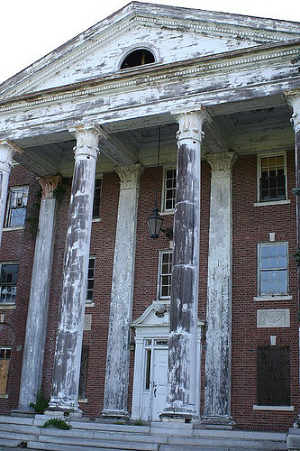 A decaying facade. Author: Mike Kalasnik CC BY-SA 2.0