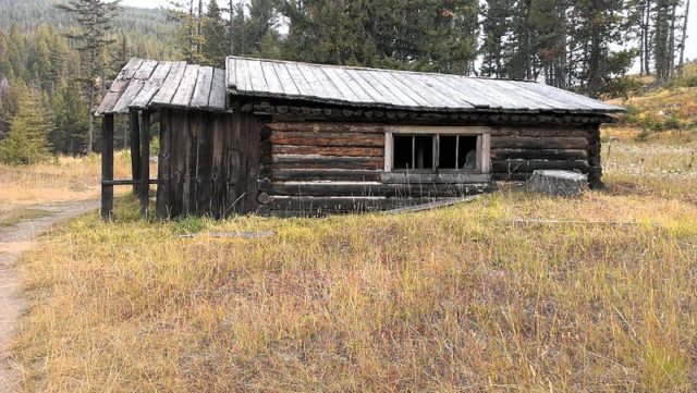 A single miner's cabin. Author: Newbootgoofin CC BY-SA 3.0