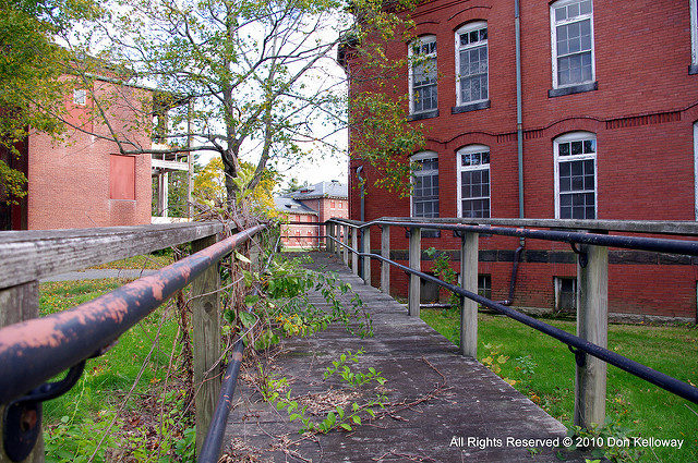 Between the buildings. Author:Don KellowayCC BY-ND 2.0