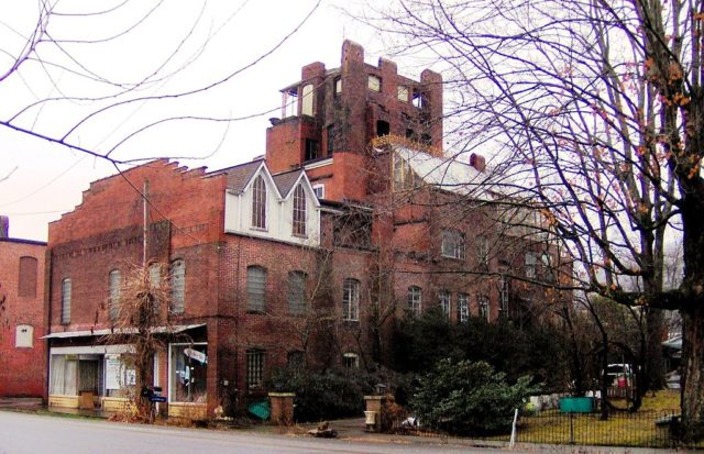 Dr Fred Stone Sr. Hospital. Author: Brian Stansberry CC BY 3.0