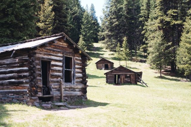 Old decaying miners cabins different angle. Author: Sherb CC BY 3.0