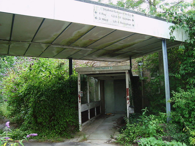 One of the entrances at the hospital.Author:bazzadaramblerCC BY 2.0