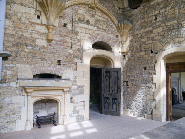 One of the three fireplaces in the hall of the mansion. Author: Fiducial. CC BY-SA 3.0