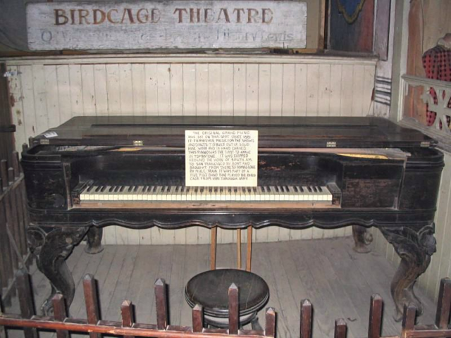 The 1881 rosewood piano. Author:Santoaz2006CC BY-SA 1.0