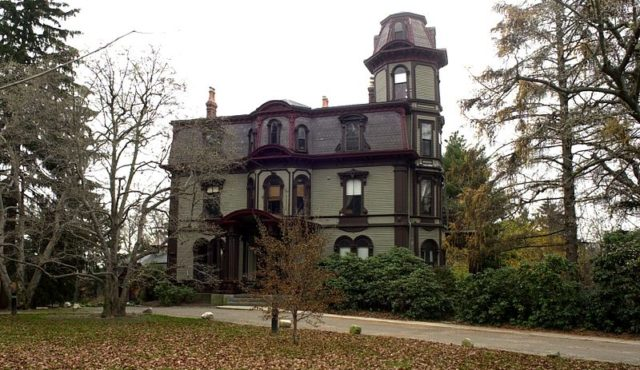 The Adams-Nervine Asylum front view. Author:JameslwoodwardCC BY-SA 3.0
