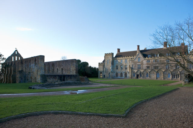 The Battle Abbey school (on the right) and the remains of the dormitory (on the left). Author: WyrdLight.com. CC BY-SA 3.0