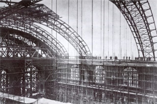 The construction of the train-shed roof. Author:Albert SchwartzPublic Domain