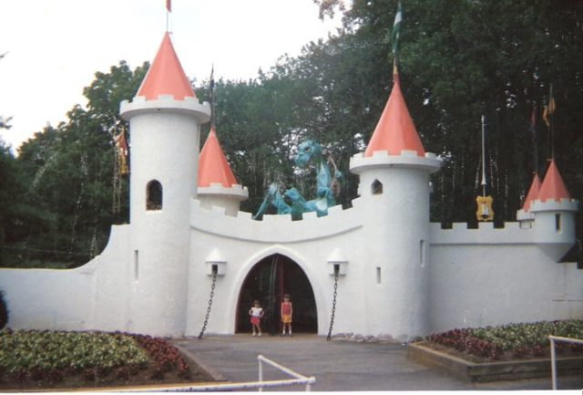 The Entrance in 1987. Author:ConneeConehead101CC BY-SA 3.0
